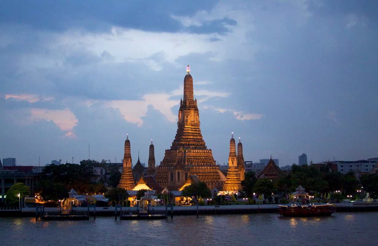 Wat Arun aglow at night