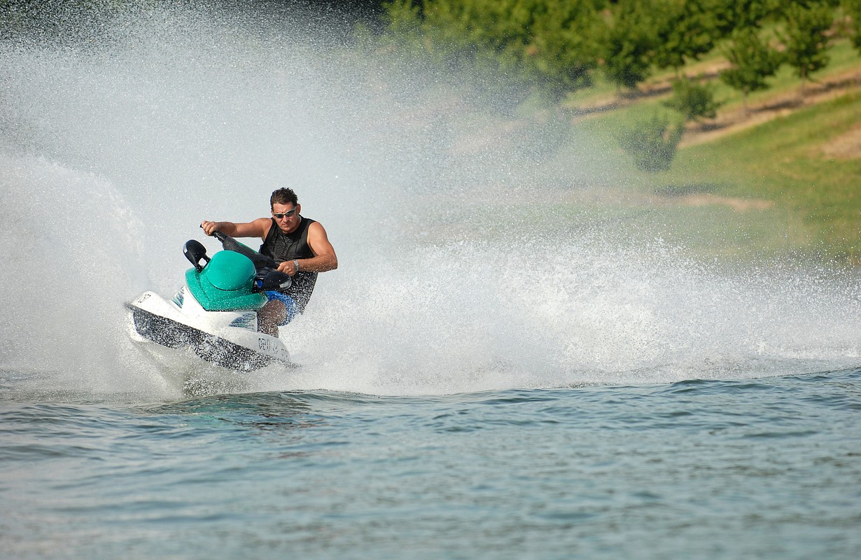 High speed jet-ski with water spray