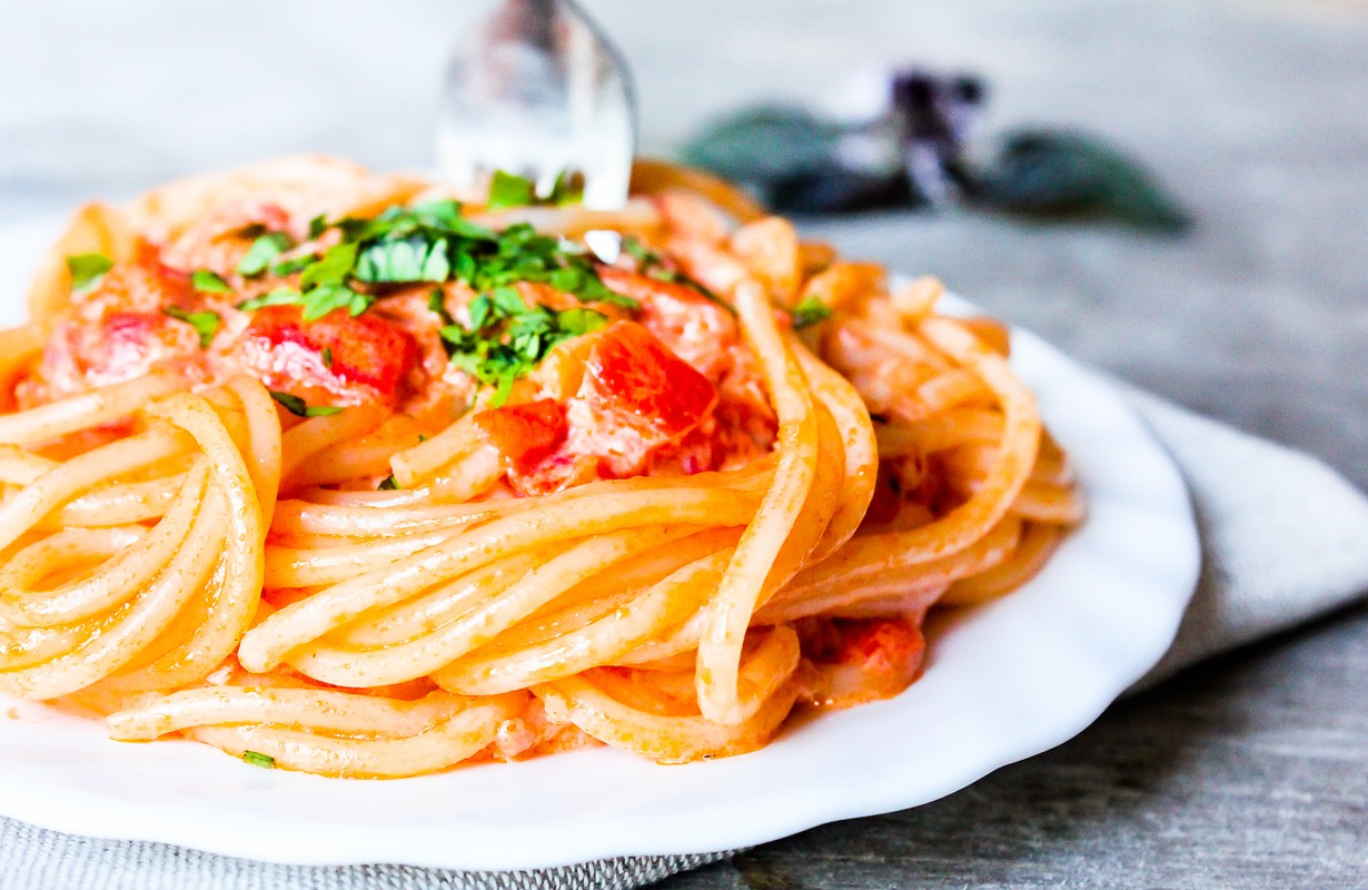 Spaghetti with tomatoes and cream sauce - Image