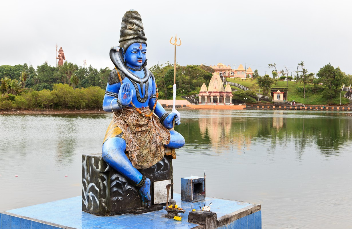 Shiva statue at Grand Bassin with hindu temples in the background