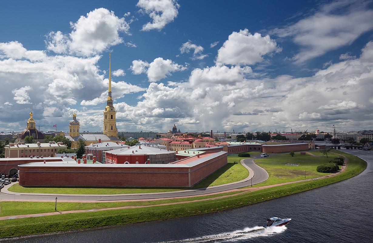 Территория петропавловской крепости фото