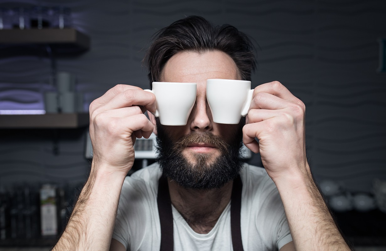 Barista wit espresso cups