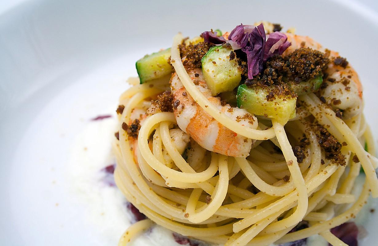 Spaghetti Verrigni con gamberi e zucchine, radicchio rosso e bottarga di muggine su crema di burrata