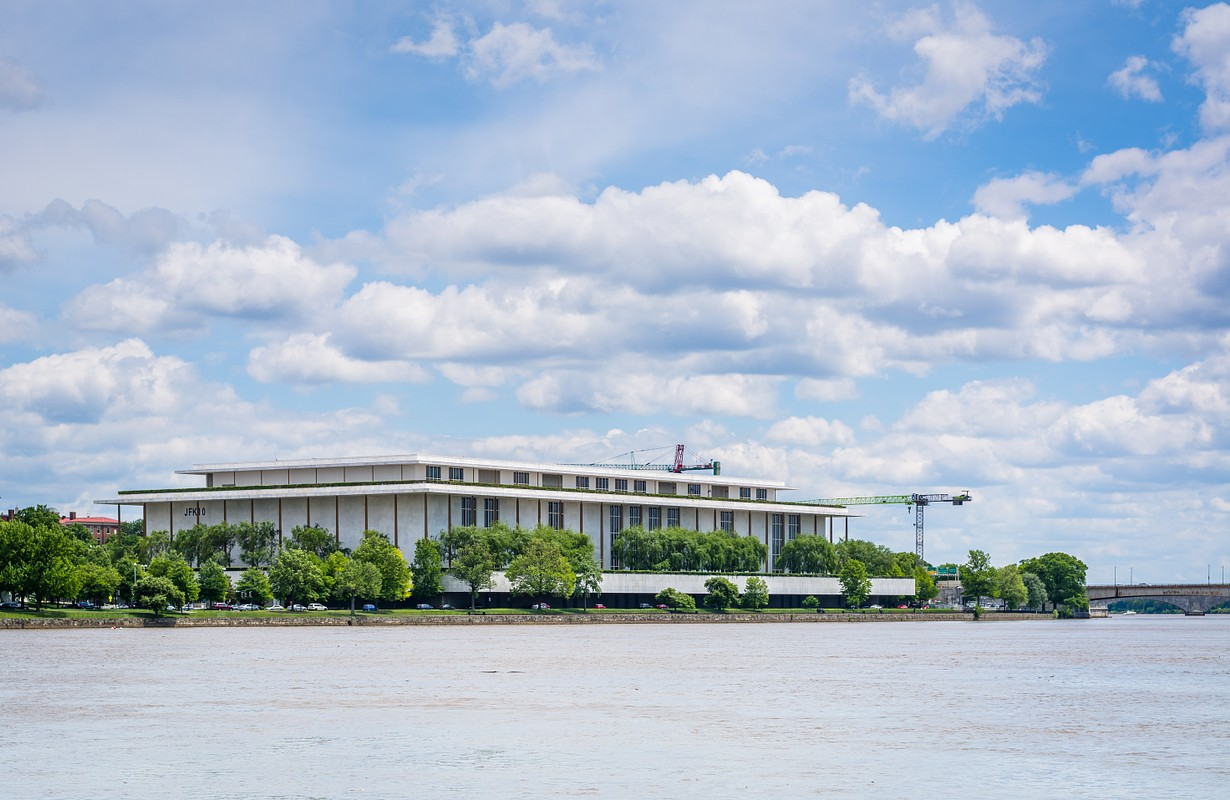 he John F. Kennedy Center for the Performing Arts and Potomac River in Washington, DC.