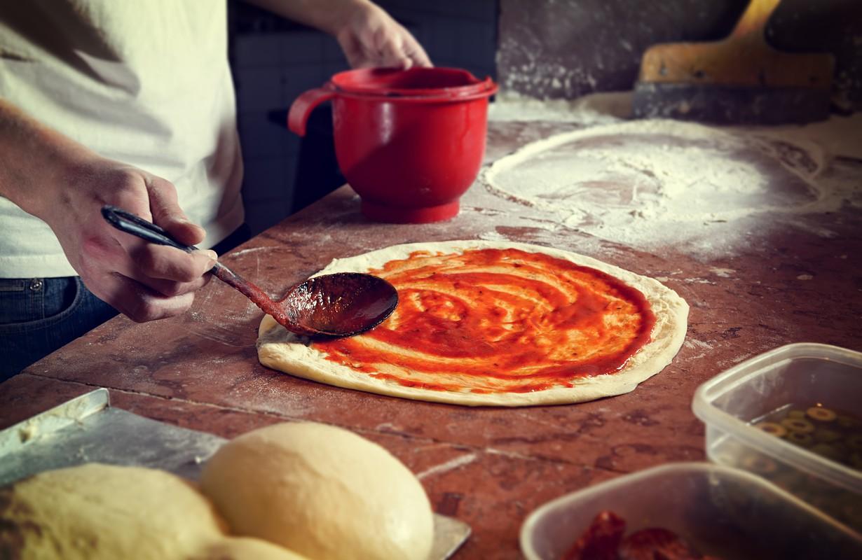 making of italian pizza tomato sauce