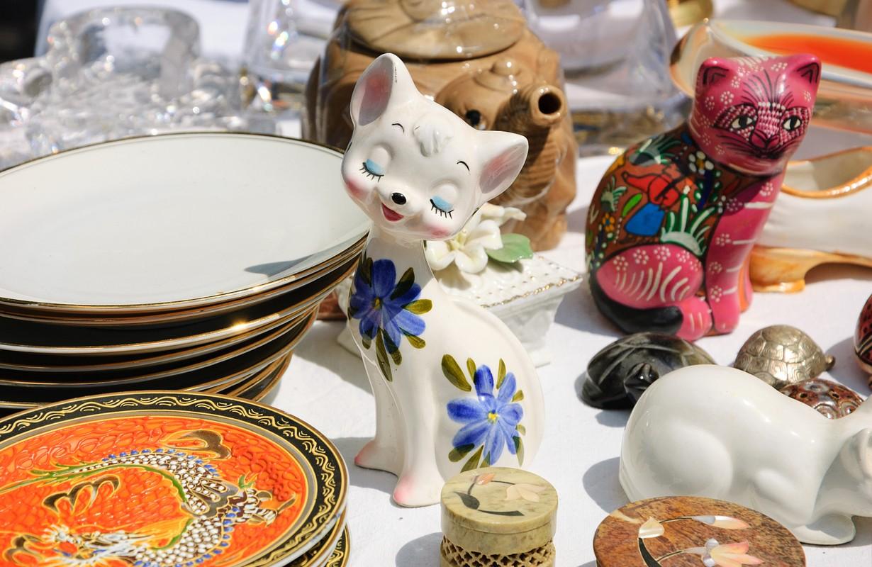 cat porcelain in flea market