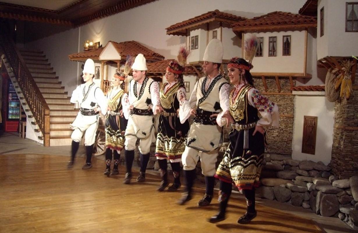 Folklore program at Megdana Restaurant