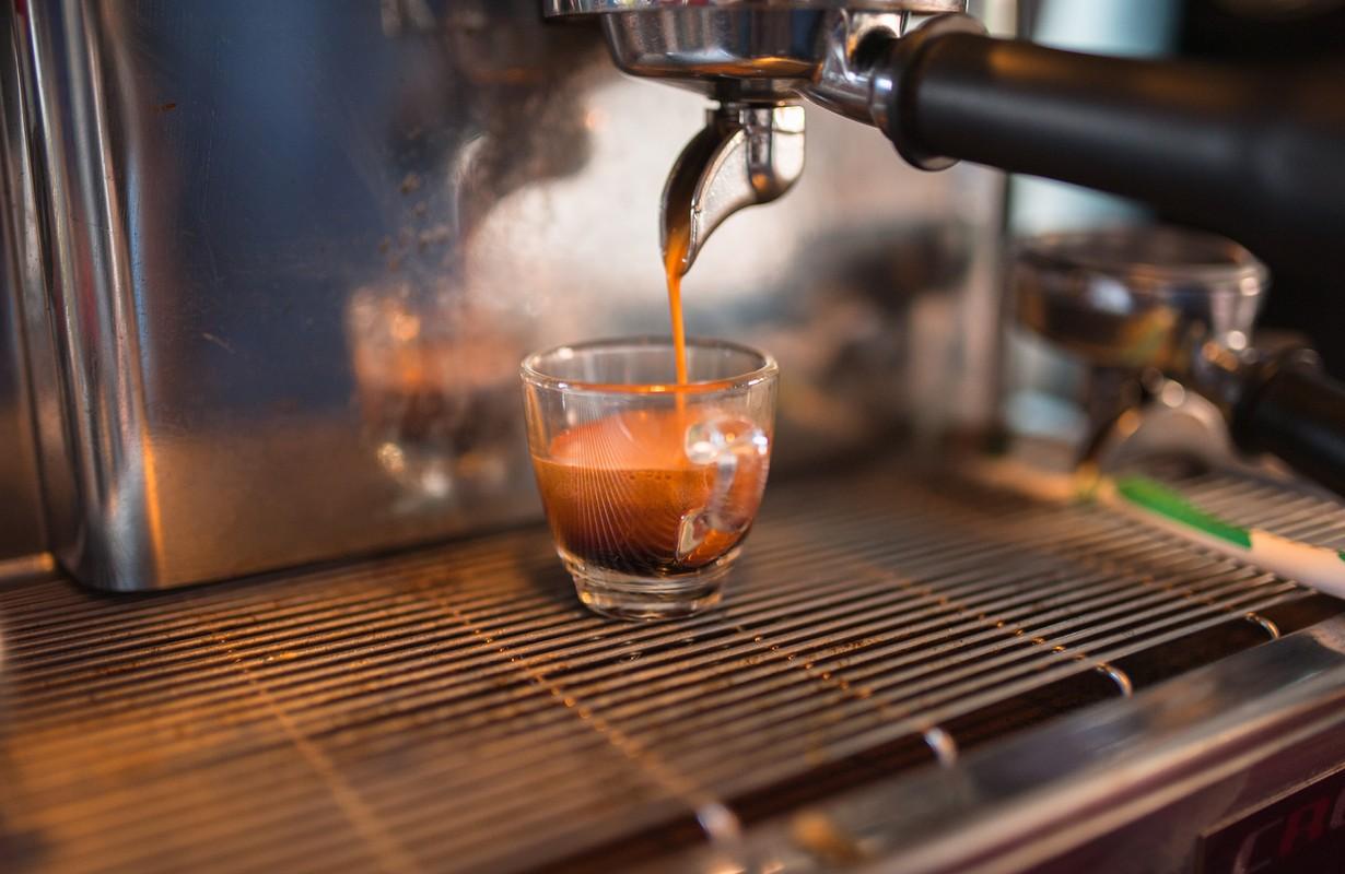 Prepares coffe makin