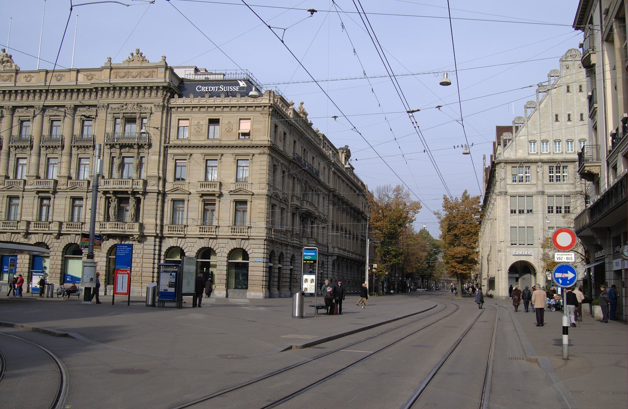 "Banks on ""Paradeplatz"" and the famous ""Bahnhofstrasse"""