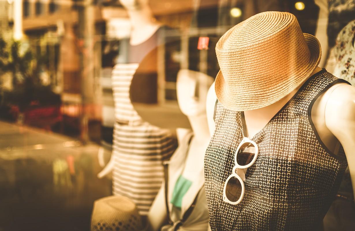 Female mannequins inside a fashion house, Color Effect