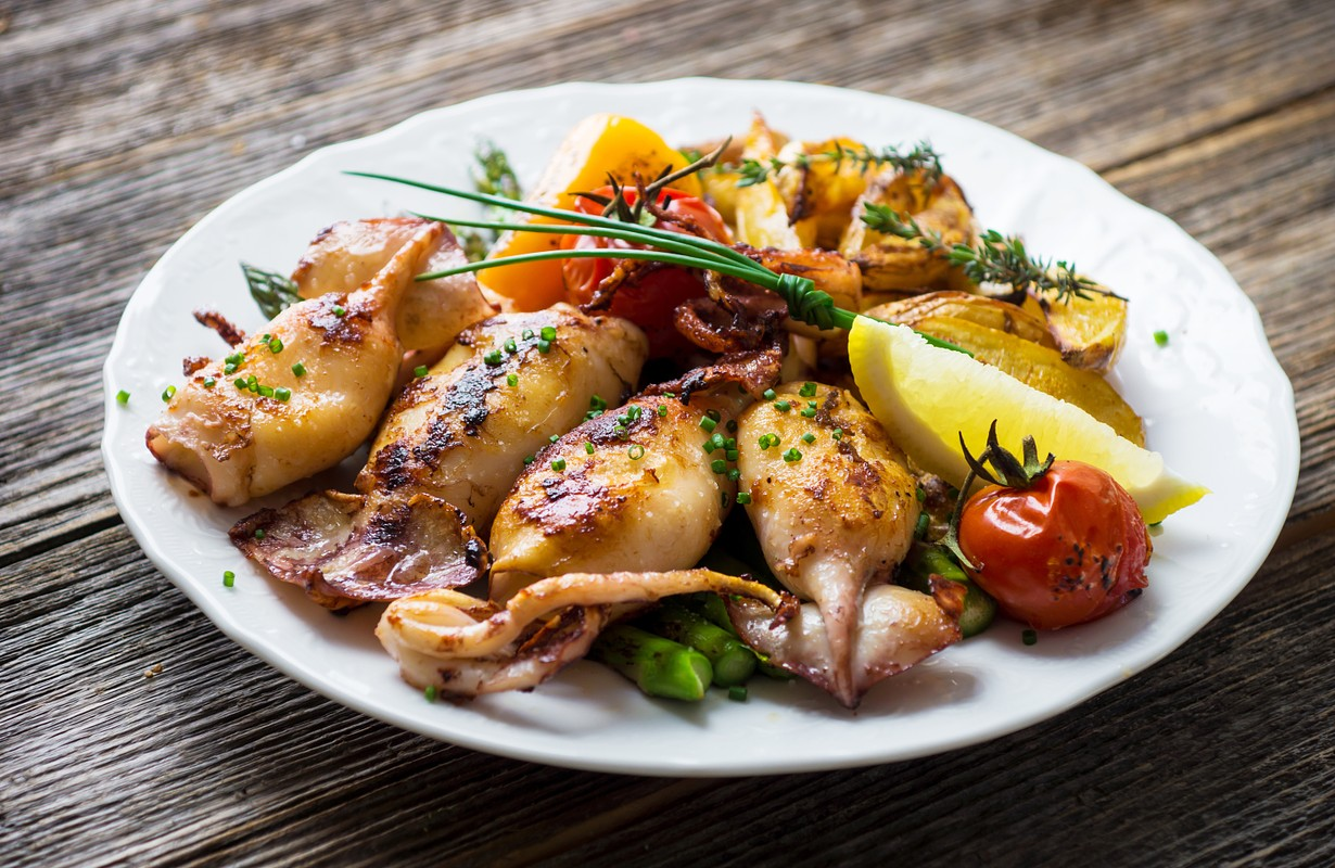 Grilled squids with asparagus and potatoes