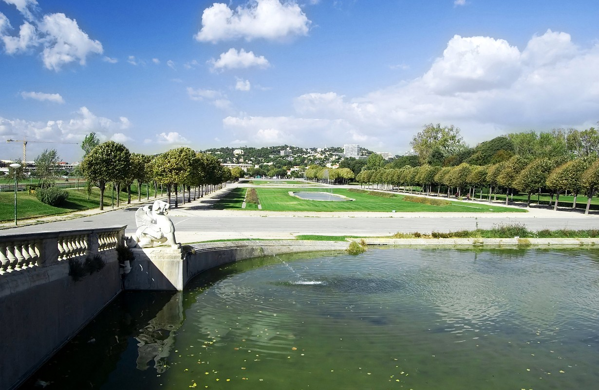 """Fountain in the """"Parc Borely"""" in Marseille in France with look onto the city"""