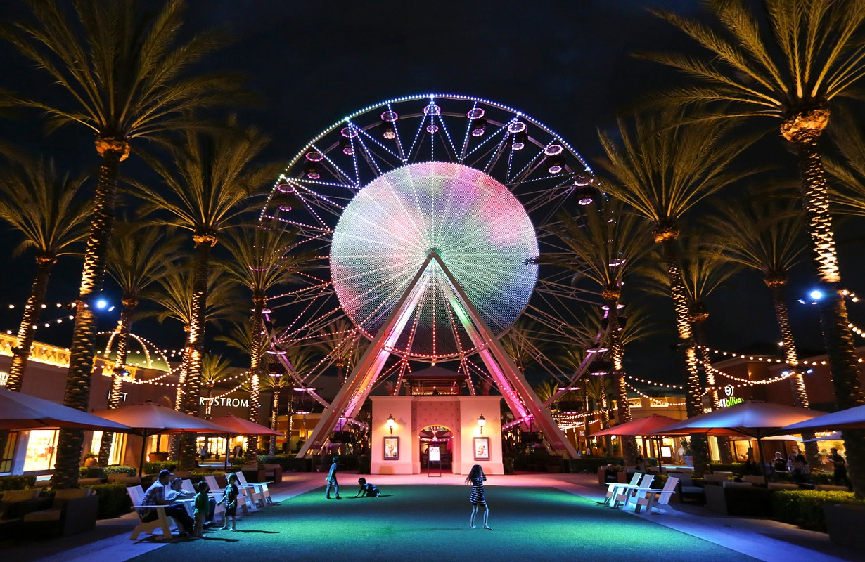 The Giant Wheel features 52,000 LED lights projecting a dazzling 16 million color schemes.