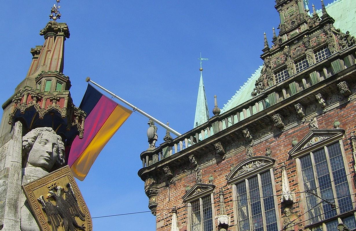 Roland und Rathaus / Roland statue and town hall