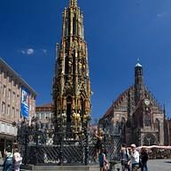 La place du marché, l'église Notre-Dame et la belle fontaine