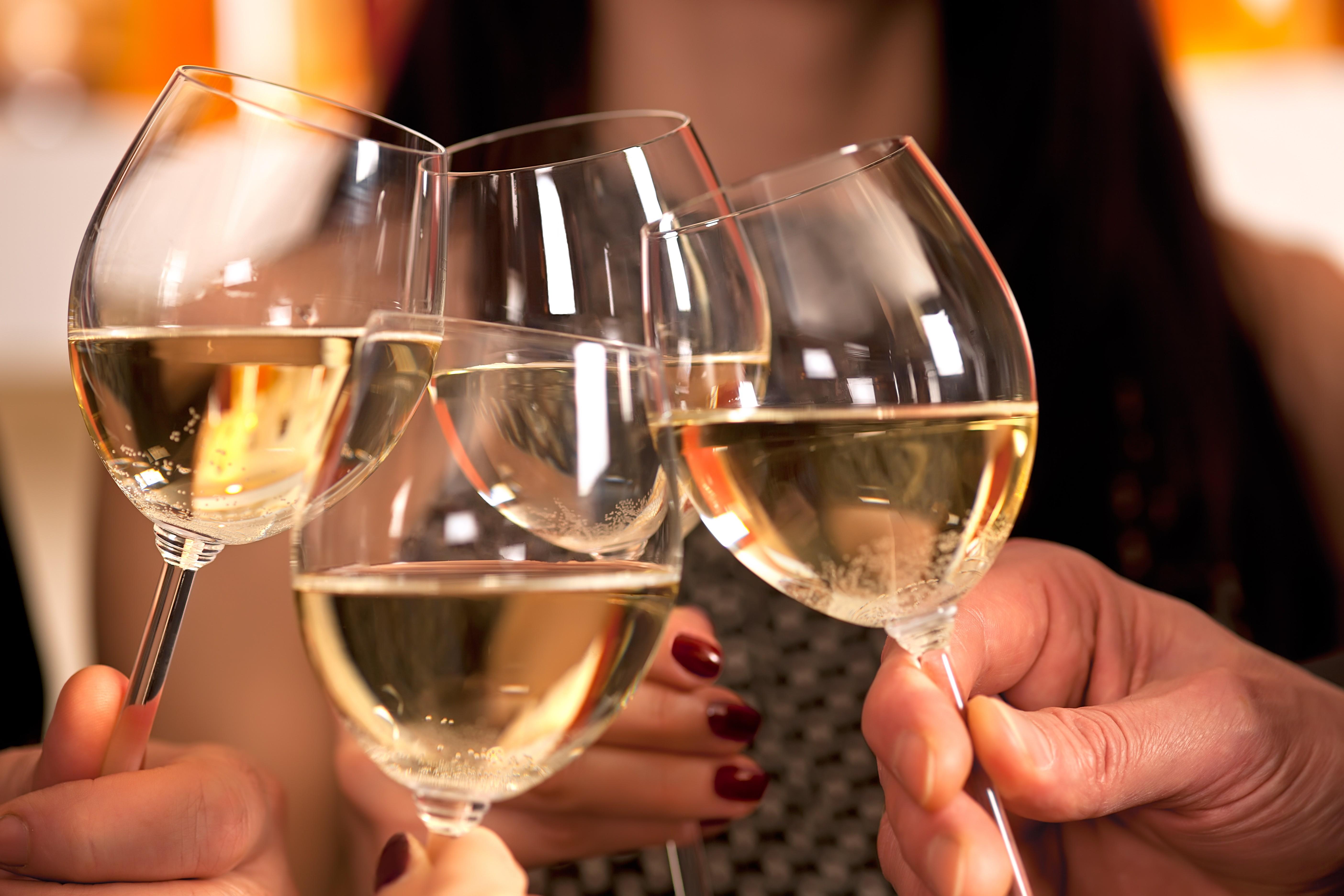 Открытку можно, картинки бокалы с вином чокаются